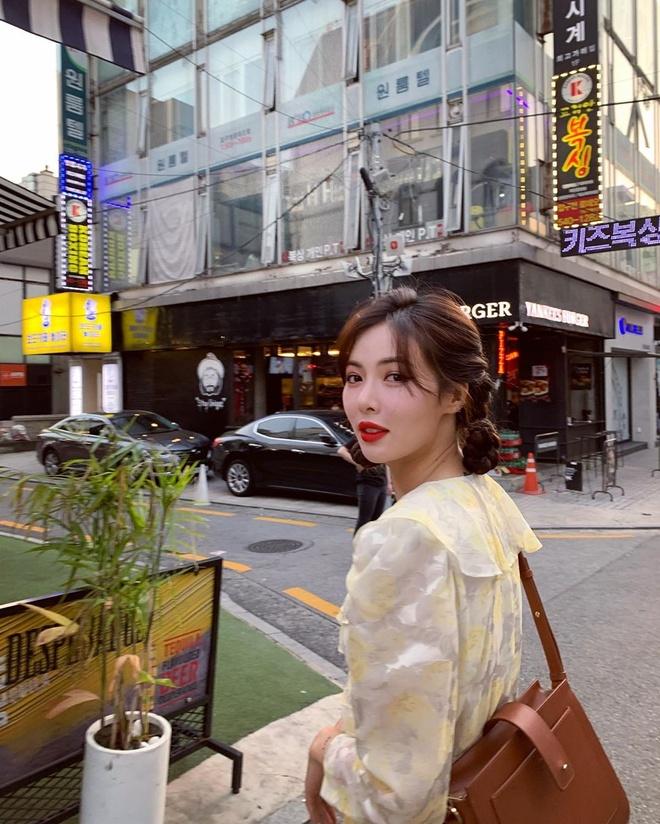 Khong phai do ho hang, HyunA duoc khen khi mac vay hoa xuong pho hinh anh 2
