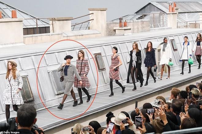 Dien vien hai lam tro lo o show Chanel, Gigi Hadid nhanh tri xu ly hinh anh 1