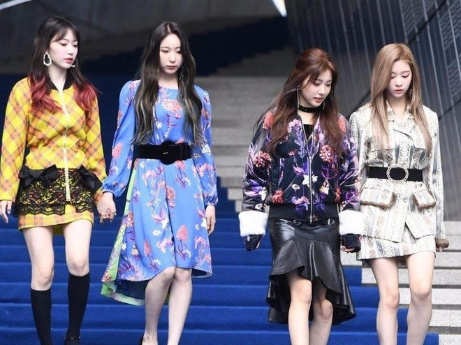 IZ*ONE mac kem sang du Seoul Fashion Week hinh anh