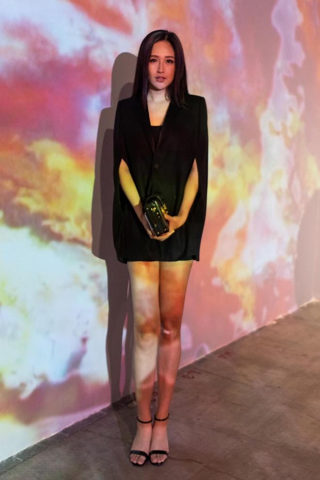 Hoa hậu Tiểu Vy khoe dáng với bikini, Kỳ Duyên diện váy đen bó sát