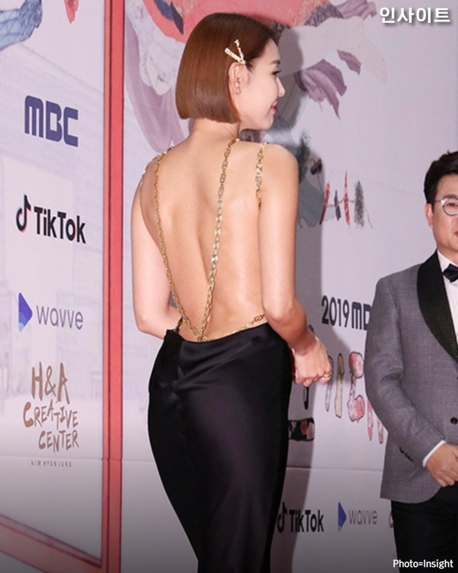 Sao Han dien do ho lung: YoonA dep nhu nu than, Hwasa bi che phan cam hinh anh 2 ENE0vAKU8AEU_Rs.jpeg