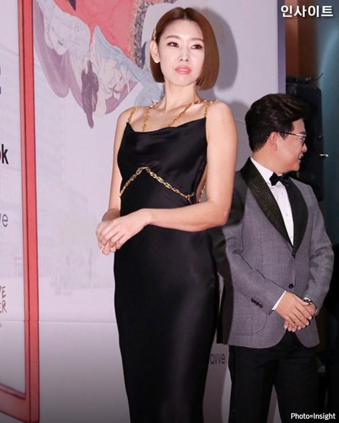 Sao Han dien do ho lung: YoonA dep nhu nu than, Hwasa bi che phan cam hinh anh 1 ENE0vAKUUAAF84q.jpeg