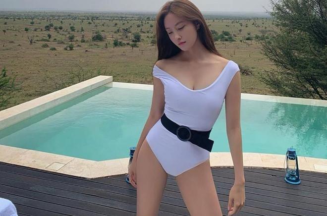 Sunmi va dan my nhan Han khoe tron duong cong co the voi swimsuit hinh anh 1 fe06095c651c8c42d50d.jpg