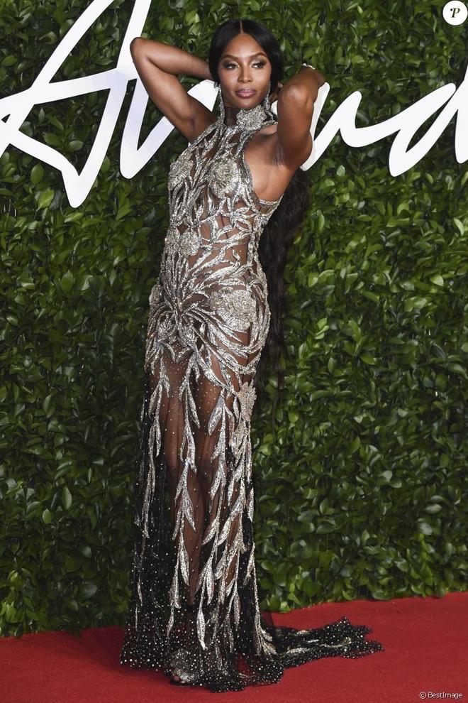 Kim Kardashian va dan sao thich dien vay xuyen thau khoe body goi cam hinh anh 5 5285624_naomi_campbell_aux_fashion_awards_2019_950x0_2.jpg
