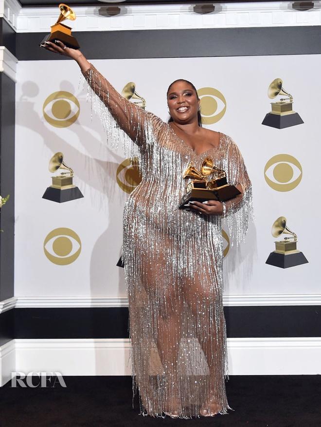 Kim Kardashian va dan sao thich dien vay xuyen thau khoe body goi cam hinh anh 10 Lizzo_In_Atelier_Versace_2020_Grammy_Awards.jpg
