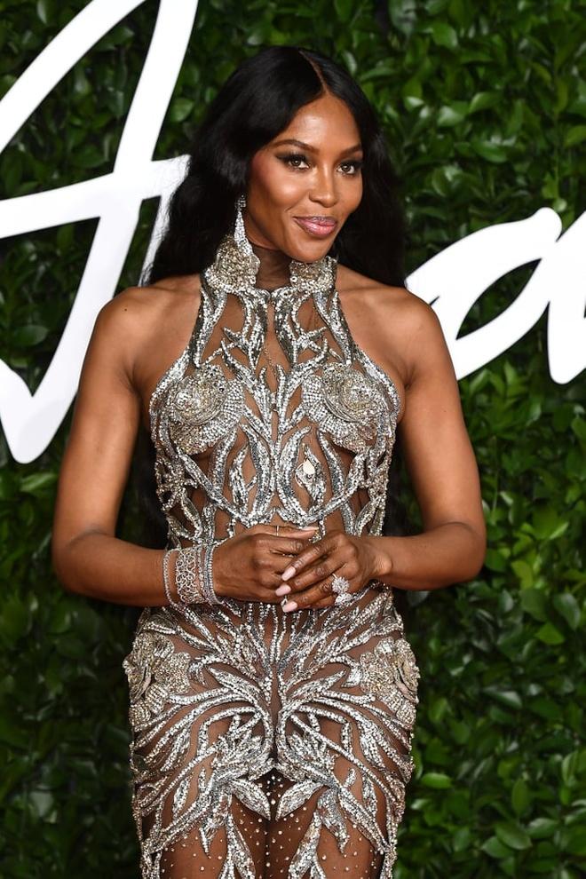 Kim Kardashian va dan sao thich dien vay xuyen thau khoe body goi cam hinh anh 6 Naomi_Campbell_at_British_Fashion_Awards_2019_in_London.jpg