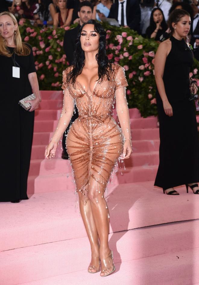 Kim Kardashian va dan sao thich dien vay xuyen thau khoe body goi cam hinh anh 1 karjenner_red_carpet_looks_6.jpg
