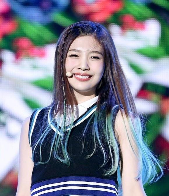 My nhan Red Velvet giam can de hop voi phong cach sexy hinh anh 1 CZdQanlUsAEgwqg.jpg