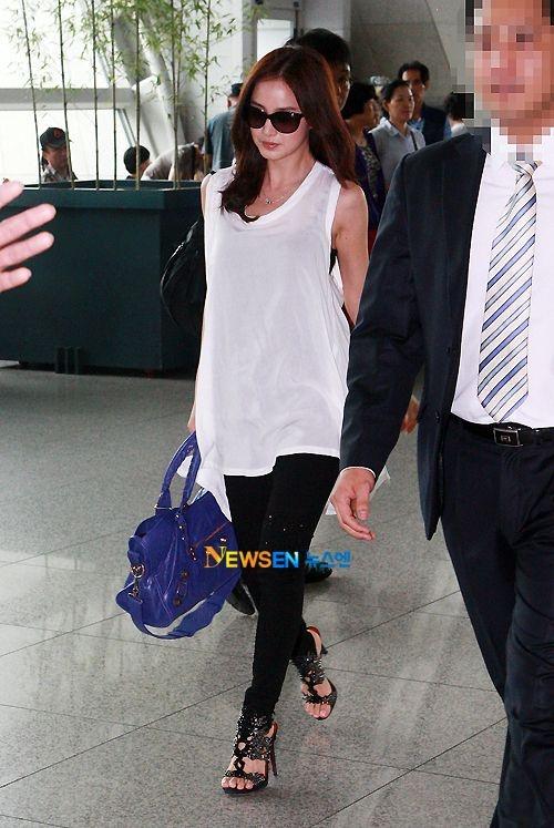 Kim Tae Hee ngoai doi thich mac do trang nhung deo tui hieu mau sac hinh anh 11 d3760373c1b03462fe7540a30d543ccd.jpg