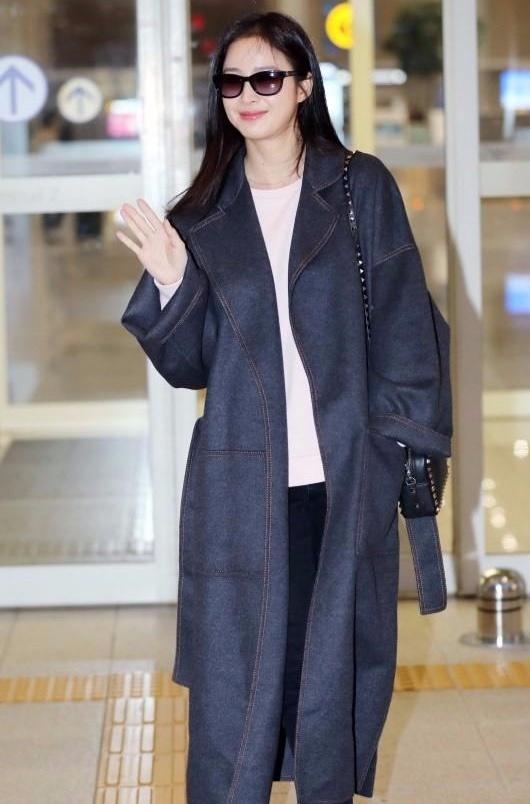 Kim Tae Hee ngoai doi thich mac do trang nhung deo tui hieu mau sac hinh anh 5 kth3.jpeg