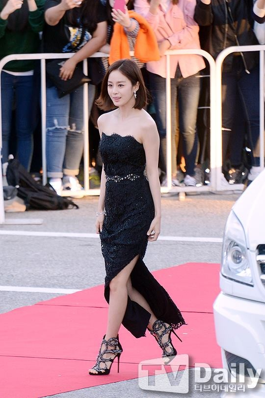 Kim Tae Hee ngoai doi thich mac do trang nhung deo tui hieu mau sac hinh anh 2 le_trao_giai_phim_truyen_hinh_xuat_sac_2015.jpg