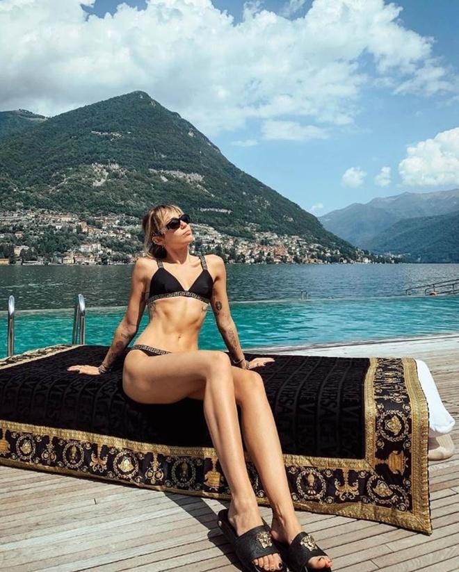 Miley Cyrus khoe dang san chac khi dien bikini hinh anh 3 m.jpeg