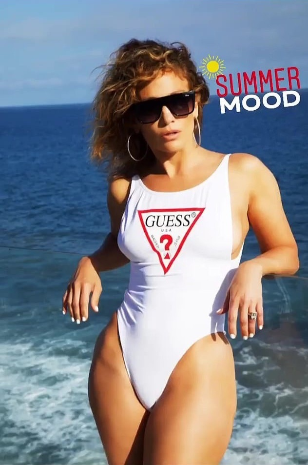 Jennifer Lopez dien bikini mot manh anh 1