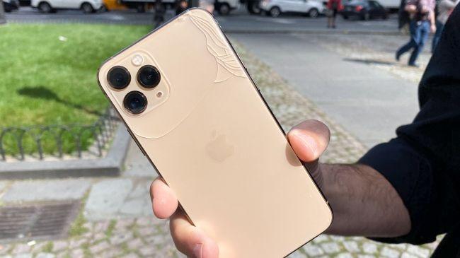 iPhone11: Màn hình iPhone 11 Pro vỡ nát sau cú rơi nhẹ bên thềm Apple Store