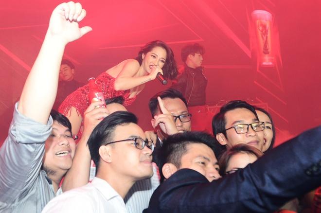 Bao Anh, Tien Dung hoi ngo trong su kien chao don World Cup tai VN hinh anh