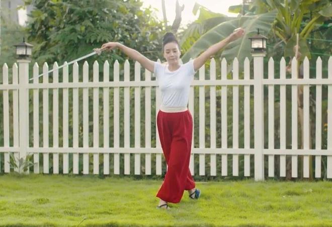 Video - Nghe si Chieu Xuan deo dai o tuoi ngoai 50 nho bi quyet nay hinh anh
