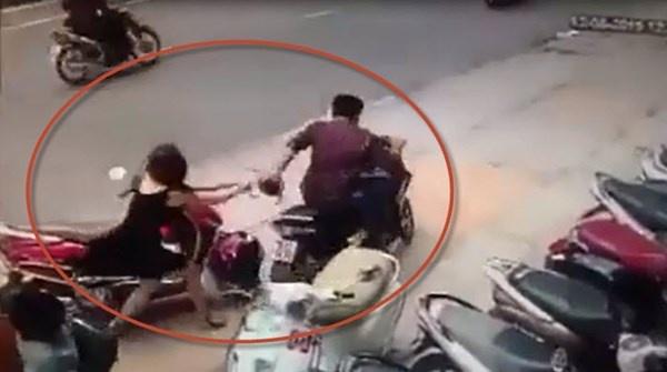 Nu sinh keo ten cuop dien thoai nga khoi xe may hinh anh
