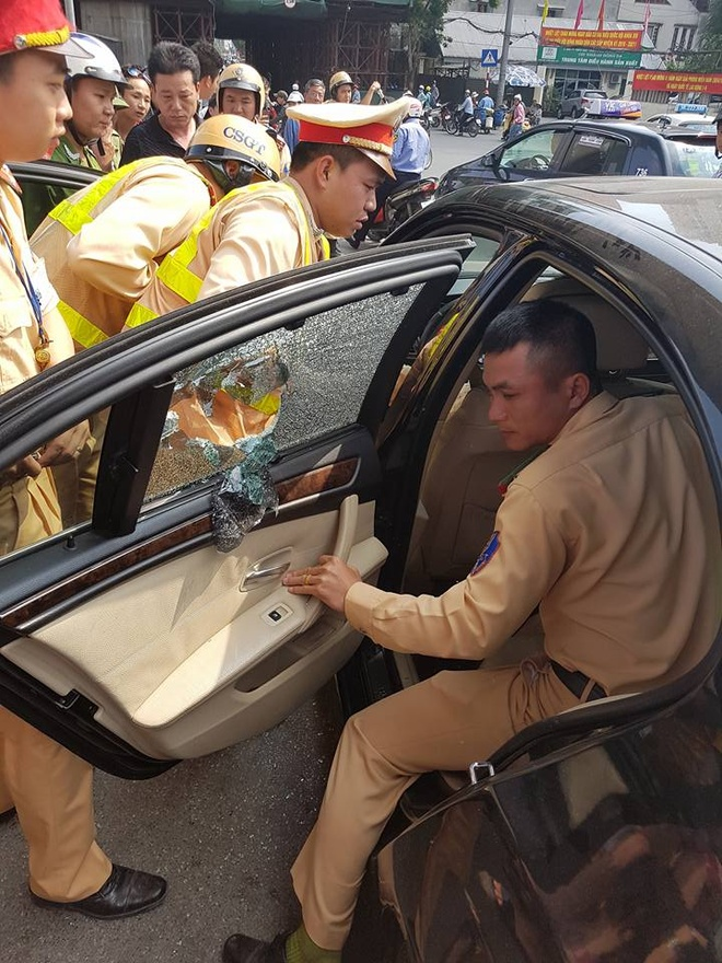 CSGT dap be kinh, cuu tai xe ngat trong chiec BMW hinh anh 1