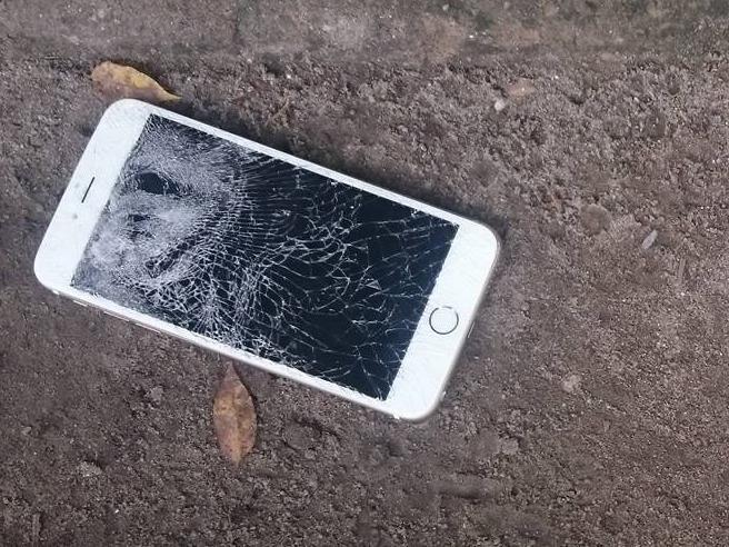Giat phu hieu, dap vo iPhone 6 cua CSGT hinh anh