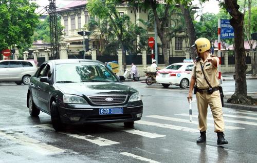 Cong an Ha Noi phat nguoi 88 xe bien xanh, bien do hinh anh