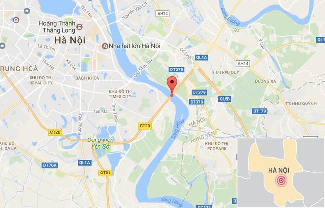 Xe container boc chay tren cau Thanh Tri, 2 nguoi thoat nan hinh anh 2
