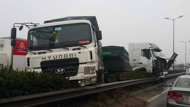 Hien truong 3 xe container dam lien hoan, cam dau xuong cau Thanh Tri hinh anh 1