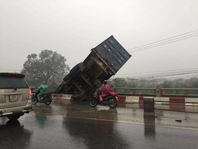 Hien truong 3 xe container dam lien hoan, cam dau xuong cau Thanh Tri hinh anh 3