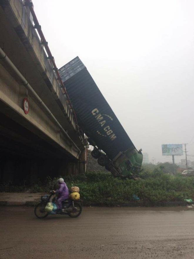 Hien truong 3 xe container dam lien hoan, cam dau xuong cau Thanh Tri hinh anh 6
