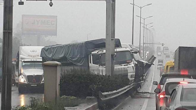 Hien truong 3 xe container dam lien hoan, cam dau xuong cau Thanh Tri hinh anh 7