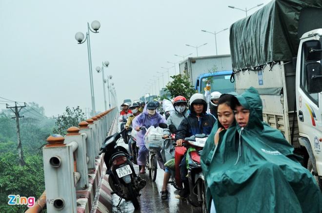 Xe dau keo bien dang sau tai nan lien hoan tren cau Thanh Tri hinh anh 6