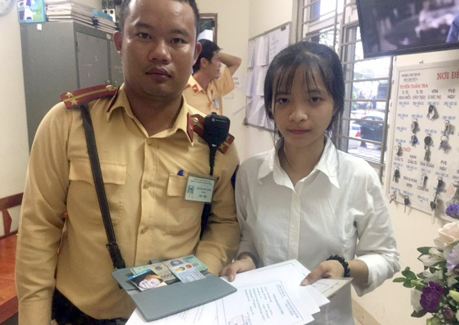 CSGT tra lai 20 trieu dong cho nu sinh xuong Ha Noi nhap hoc hinh anh