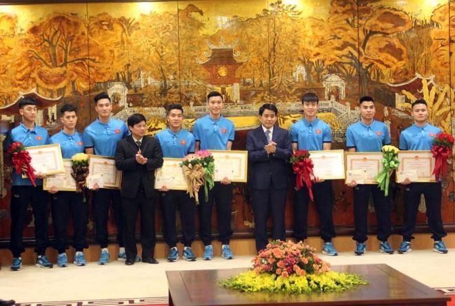 Chu tich Ha Noi khen thuong doi tuyen U23 Viet Nam hinh anh 1