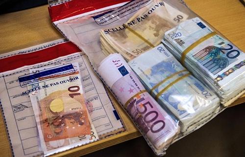 Nhan vien duong sat tra lai 1.000 euro cho khach di tau hinh anh