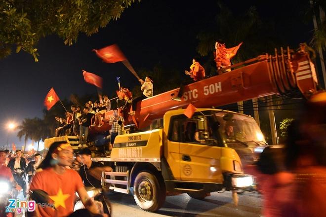 Cảnh sát mang súng đạn cao su, xuyên đêm chung kết AFF chống đua xe – Thời sự