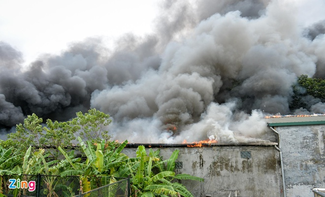 Xế hộp bị thiêu rụi trong vụ cháy gara gần sân Mỹ Đình