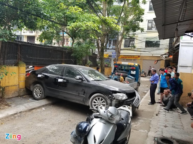 Xe Toyota Camry can chet nguoi khi lui trong ngo hinh anh 1