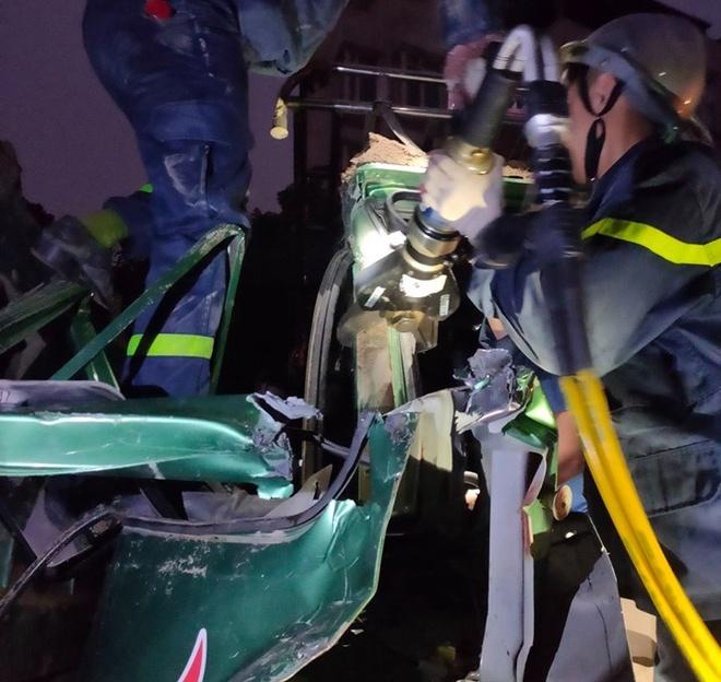Cắt cabin xe tải cứu tài xế sau tai nạn liên hoàn