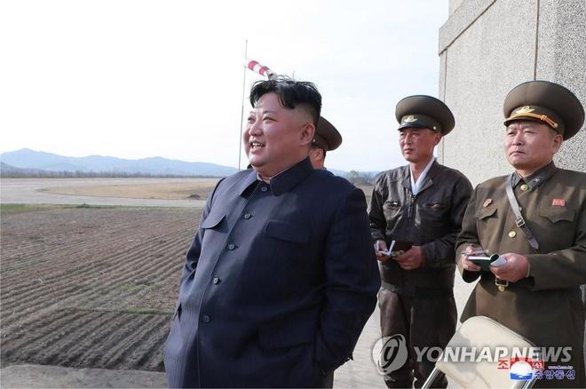 Ong Kim Jong Un dot ngot ghe don vi khong quan Trieu Tien hinh anh 1