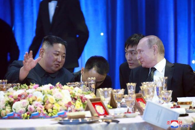 Thit nai, ca tuyet, ruou vang cho tiec chieu dai ong Kim Jong Un o Nga hinh anh 3