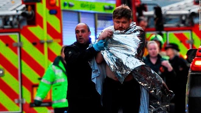 Kẻ đâm dao ở London đeo bom giả, người đi đường vẫn lao vào chiến đấu