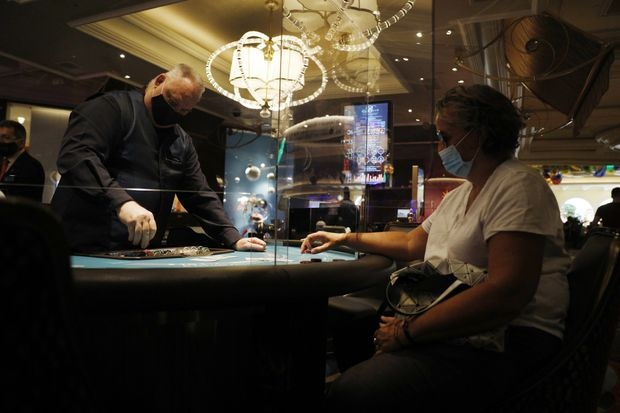 Nhan vien casino Las Vegas dong loat kien cong ty anh 1