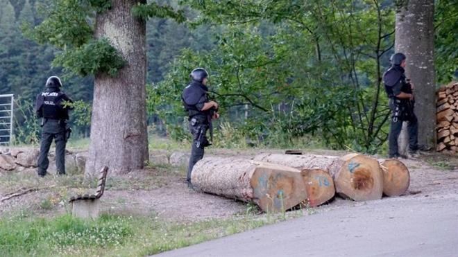 100 cảnh sát Đức truy tìm người đàn ông mang cung tên trong rừng