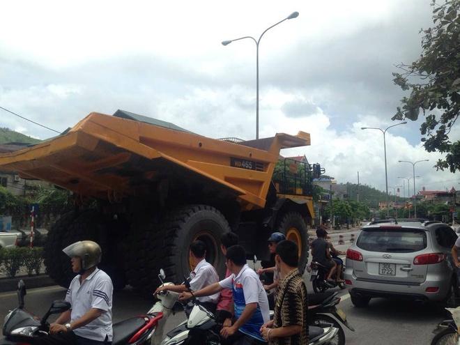 Siêu xe tải trăm tấn xuất hiện trên đường phố Việt Nam