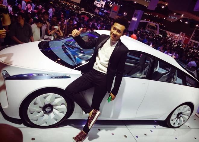 Tran Thanh tao dang cung chiec Toyota den tu tuong lai hinh anh