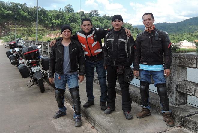 4 chang trai Viet vuot 5.000 km qua Malaysia bang xe may hinh anh 1