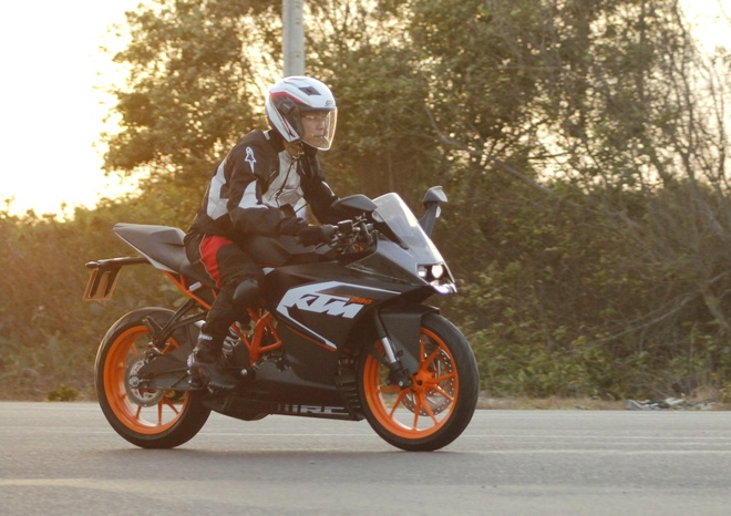 Lai thu xe the thao gia re KTM RC 200 hinh anh