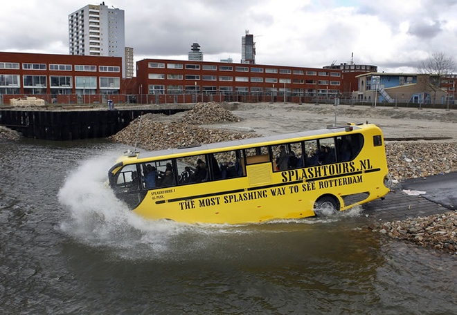 Xe chay duoi nuoc tai Rotterdam, Ha Lan hinh anh