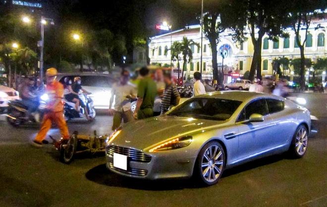Aston Martin Rapide bi tai nan truoc nha tho Duc Ba Sai Gon hinh anh
