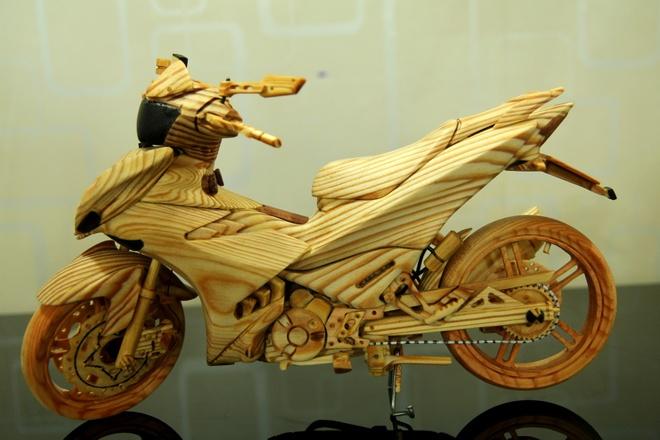 Mo hinh Exciter 150 bang go cua biker Sai Gon hinh anh