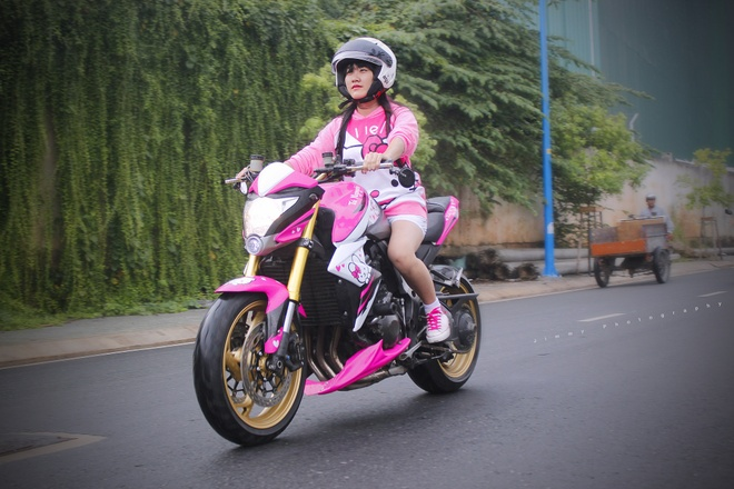 Nu biker 9X lai Honda CB1000R do Hello Kitty hinh anh